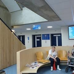 Losse stoelen zijn een bank geworden:  Ziekenhuizen door Jan Detz Interieurarchitect