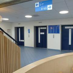 Grapje met de liftdeuren, goed zichtbaar:  Ziekenhuizen door Jan Detz Interieurarchitect