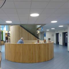 Losse stoelen zijn een bank geworden, met zit niet meer verloren in de hal:  Ziekenhuizen door Jan Detz Interieurarchitect
