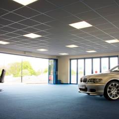 Puertas Plegables de Aluminio para gran entrada de un concesionario (interior): Concesionarias de automóviles de estilo  por AIRCLOS