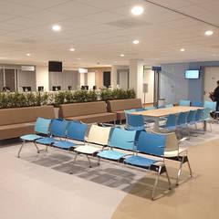 Wachtruimte Polikliniek:  Ziekenhuizen door Jan Detz Interieurarchitect