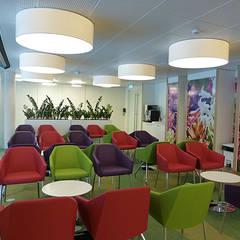 Loungeruimte die tevens wordt gebruikt voor kerkdiensten en presentaties:  Ziekenhuizen door Jan Detz Interieurarchitect
