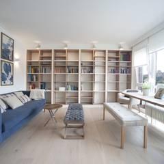 Reforma de vivienda en madera, blanco y tonos azules: Salones de estilo  de Sube Susaeta Interiorismo