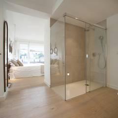 Reforma de piso con vistas: Baños de estilo  de Sube Susaeta Interiorismo