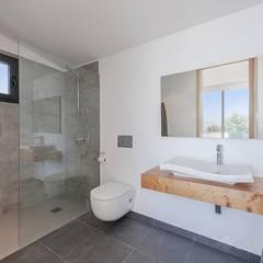 Construcción de una nueva Vivienda unifamiliar aislada con piscina en Alcudia (Mallorca): Baños de estilo  de Diego Cuttone, arquitectos en Mallorca