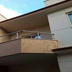 شاليهين توأم مع حديقة و حمام سباحة:  منزل عائلي صغير تنفيذ TRK Architecture, حداثي