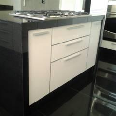 Remodelación de cocina: Muebles de cocinas de estilo  por J.H. Novoart E.I.R.L.,