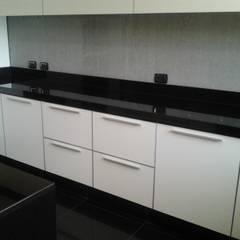 Remodelación de cocina: Cocinas de estilo minimalista por J.H. Novoart E.I.R.L.