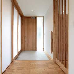 Corridor & hallway by TEKTON | テクトン建築設計事務所
