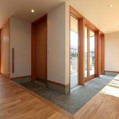 ระเบียงและโถงทางเดิน by TEKTON | テクトン建築設計事務所