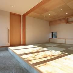 Salas de entretenimiento de estilo ecléctico por TEKTON | テクトン建築設計事務所
