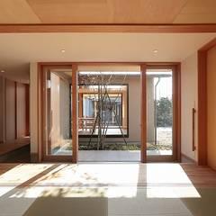 Salas multimedia de estilo ecléctico por TEKTON | テクトン建築設計事務所