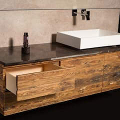 Eine Rückwand aus Beton in vollem Kontrast zum rustikalen Altholz des Unterschranks:  Gastronomie von Der Rieger Exclusiv