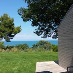Vista sul mare: Casa di legno in stile  di smellof.DESIGN