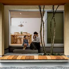 京町の家: HEARTH ARCHITECTS/ハース建築設計事務所が手掛けたアプローチです。