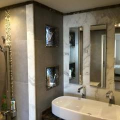 شقة  في سان ستيفانو جراند بلازا :  حمام تنفيذ Quattro designs , حداثي