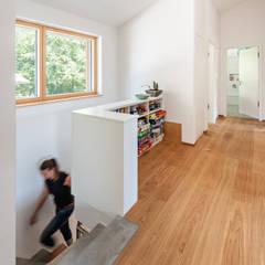 Energieeffizienzhaus Raubling:  Flur & Diele von Architekturbüro Schaub