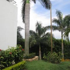 Venta de hermosa casa con diseño moderno en condominio campestre con vista al Valle del Cauca.: Jardines frontales de estilo  por CH Proyectos Inmobiliarios