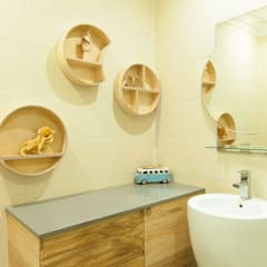 House Ramchurran :  Bathroom by Redesign Interiors