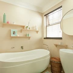 ​House Ramchurran :  Bathroom by Redesign Interiors