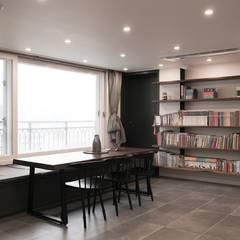 [마이너스옵션 인테리어] 라이프스타일에 맞춘 특별한 구조, 롯데캐슬 골드파크 35평_이사후: 홍예디자인의  거실,모던