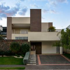 residencia alphaville araguaia: Casas familiares  por ARQUIMAX ARQUITETURA