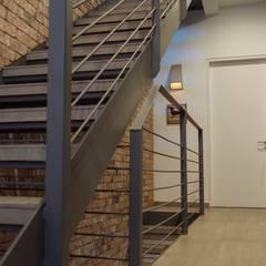Mobiliario, acabados, closets e interiorismo dpto Ch: Pasillos y recibidores de estilo  por Nube Interiorismo
