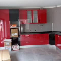 Cozinha Termolaminado Vermelho e Preto: Armários de cozinha  por Oliveira e Lucas Lda