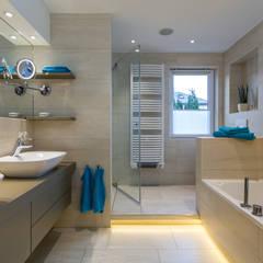 Bad mit Sauna Familie H.:  Badezimmer von Klotz Badmanufaktur GmbH