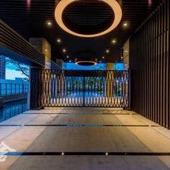 Porte da garage in stile  di 研舍設計股份有限公司