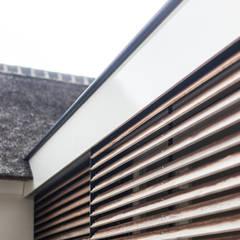 Glazen verbinding met zonwering: landelijke Huizen door Bob Romijnders Architectuur & Interieur