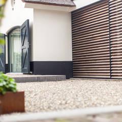 Moderne verbinding boerderij en schuur:  Huizen door Bob Romijnders Architectuur & Interieur