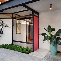 Entrada da Casa: Vilas  por ODVO Arquitetura e Urbanismo
