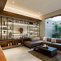 DL Residence: Ruang Keluarga oleh INERRE Interior,