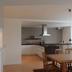 Wohnbereich mit großzügigem Essplatz und Wohnküche:  Wände von dipl.-ing. anne-doris fluck innenarchitektin aknw