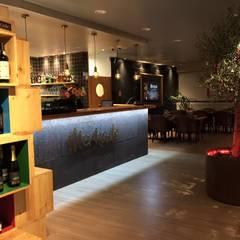 Restaurante Mercado: Salas de jantar  por a+arquitectura
