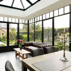 Romantische veranda bij landelijke woning:  Serre door Verandaland Perfecta