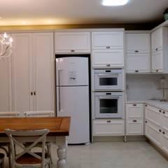 Cozinha: Armários e bancadas de cozinha  por Escritório Silvana Caporal