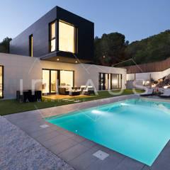 Modelo Formentor en Barcelona.: Casas prefabricadas de estilo  de Casas inHAUS