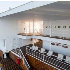 Vista del embarcadero / Pier's view: Yates y jets de estilo  por Lores STUDIO. arquitectos