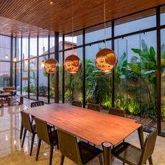 Casa Granada: Salas de jantar tropicais por Estúdio HAA!