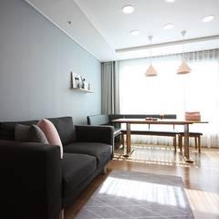 핑크 포인트 새아파트 신혼집 홈스타일링: homelatte의  거실