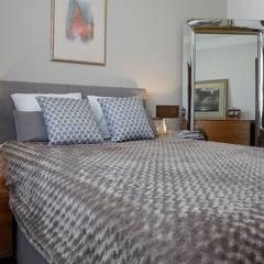 Przytulne królestwo singielki: styl , w kategorii Sypialnia zaprojektowany przez Perfect Space