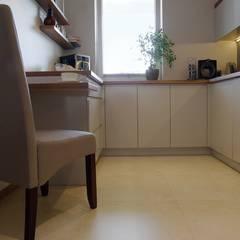 Przytulne królestwo singielki: styl , w kategorii Kuchnia zaprojektowany przez Perfect Space,