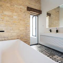 Projet Abbé Alix: Salle de bains de style  par Eline Sango Architecture