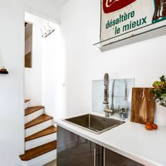 Projet P. Lefèvre: Cuisine intégrée de style  par Eline Sango Architecture