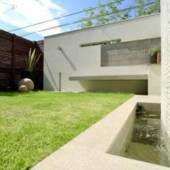 自然石を使ったモダンデザイン: 株式会社Garden TIMEが手掛けた池です。