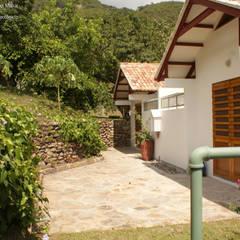 Phool Mahal: Casas campestres de estilo  por Kraus Castro Interior design, Clásico Ladrillos