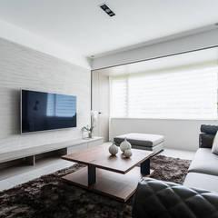 日光為題 漏水公寓的幸福新貌:  客廳 by E&C創意設計有限公司, 簡約風