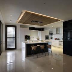 從容:  廚房 by 奇承威設計事業